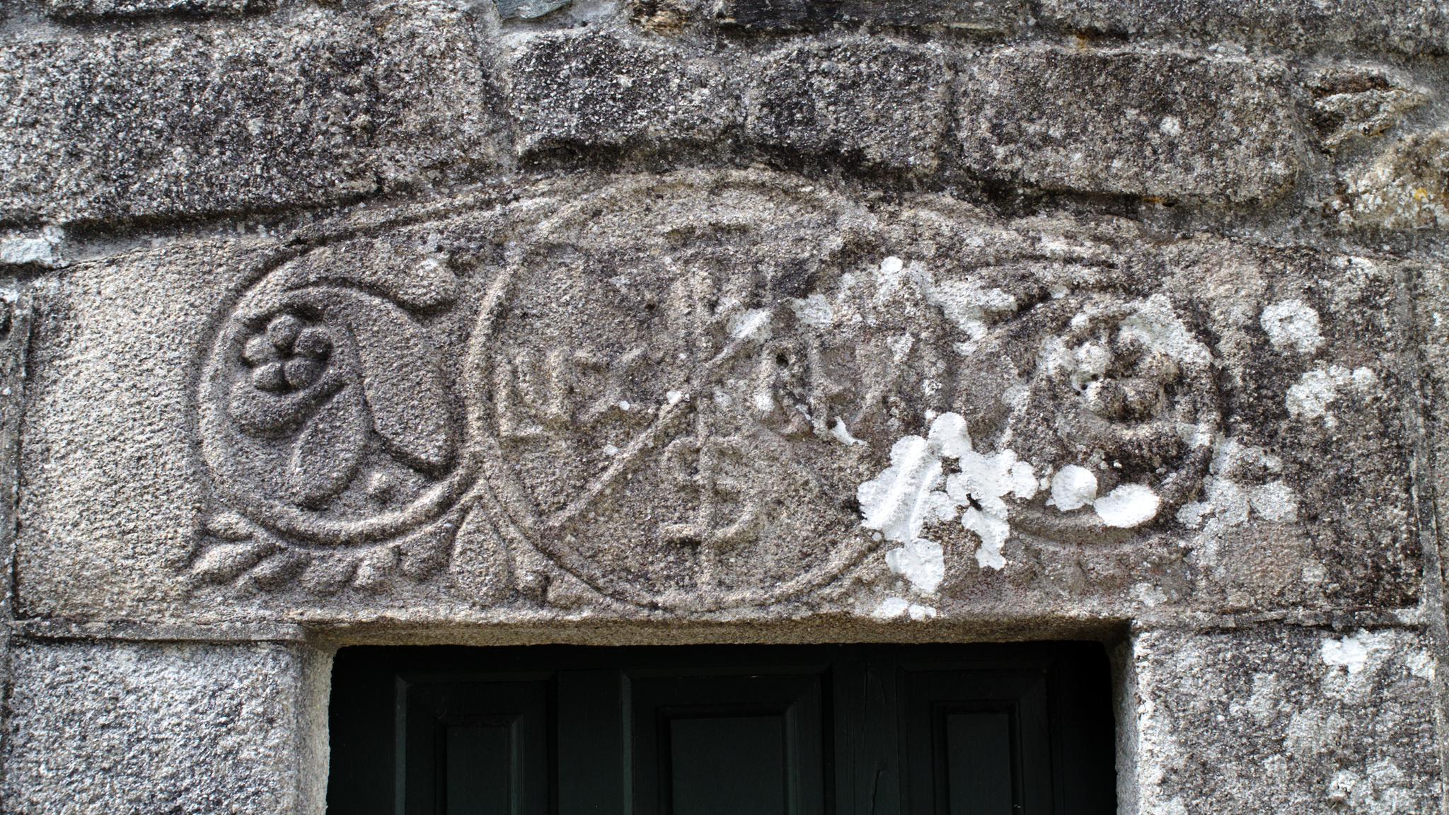 Crismón da igrexa de San Martiño de Oleiros